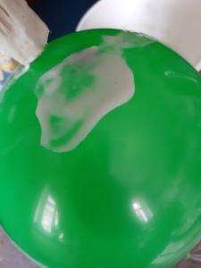 den Ballon mit Zeitung und Kleister bekleben