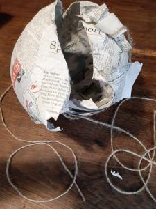 das Seil mittig um den Luftballon legen