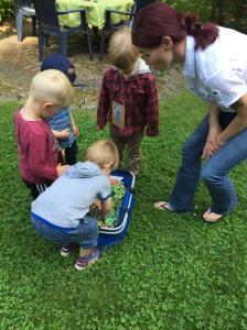 Kinder beim Stickersuchen
