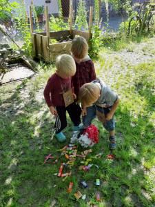Kinder beim Bestaunen der vielen Süßigkeiten
