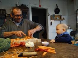 Papa und Sohn bei der Zubereitung des Essens
