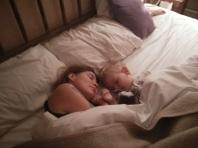 Mama und Till beim Schlafen